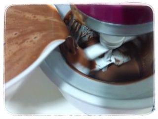 Vertiendo la mezcla en el bol de congelado