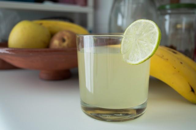 Limonada casera con su rodajita de lima para acompañar