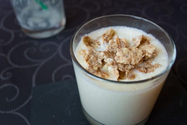 Vaso de smoothie de manzana y yogur con cereales