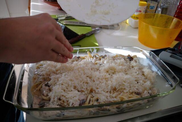 Aquí el chef preparando el plato para ir al horno