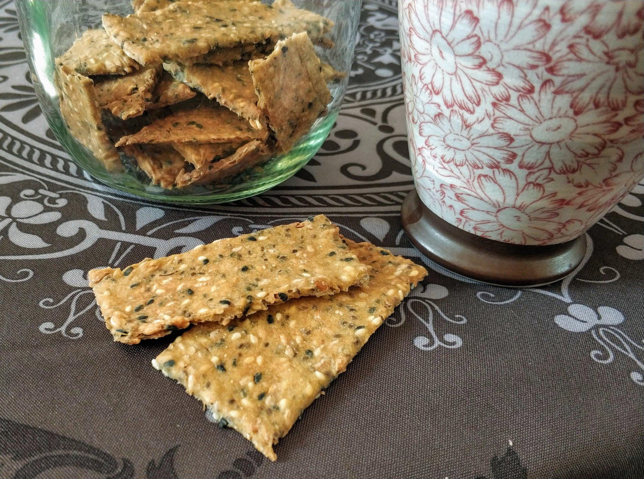 Dos crackers de semillas sobre la mesa.