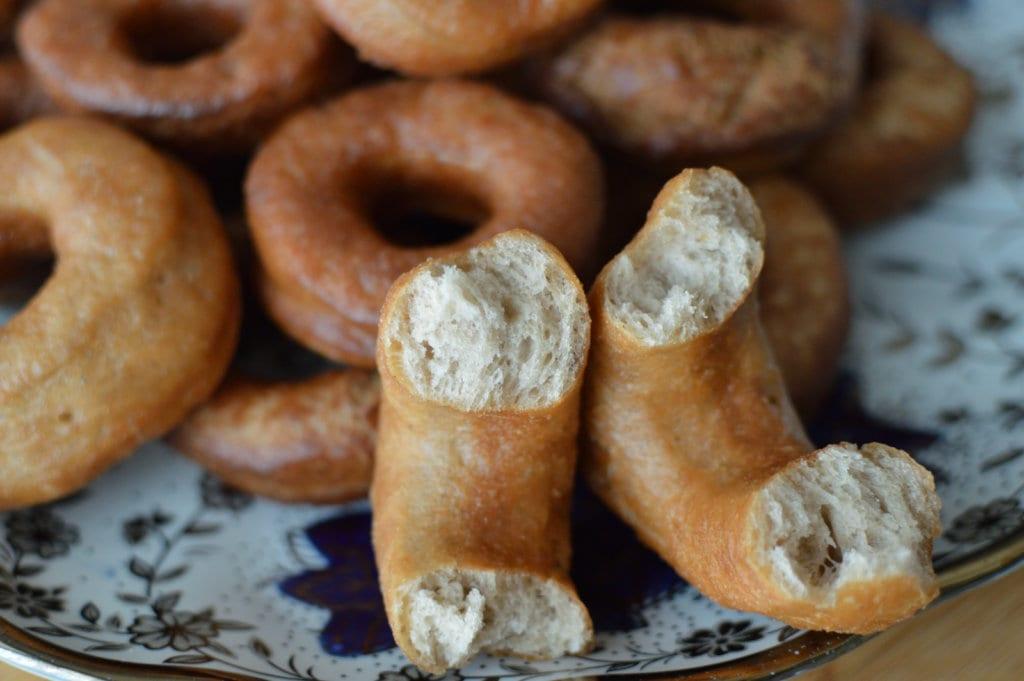 Se muestra un donut de sidra por dentro, la miga es visible.