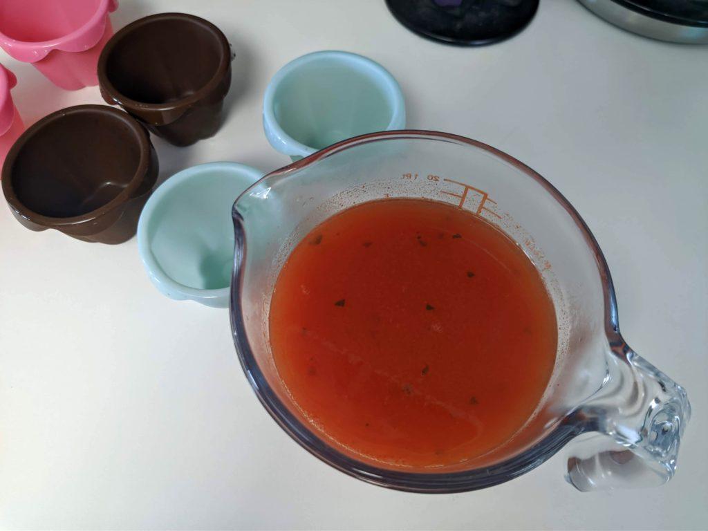 Mezcla para la gelatina de sandía lista para ser vertida en los vasitos de flan